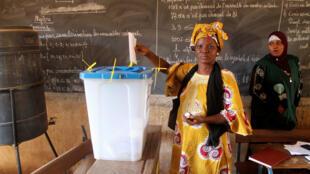 Dans un bureau de vote de Bamako, le 20 novembre 2016.