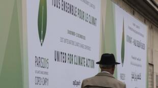 Cartazes nas ruas de Paris anunciam realização da COP 21, a partir de 30 de novembro.
