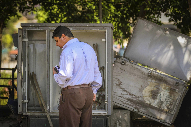 Một nhân viên điều tra tại hiện trường vụ khủng bố ở Cairo, quận Heliopolis, 02/05/2014.