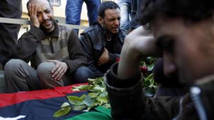 Familiares choram durante enterro de militar rebelde abatido pelas forças pró-Kadafi em Ajdabiya.