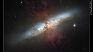 Trung tâm Thiên hà Messier 82 - nơi sản sinh của các ngôi sao, trong quá trình va chạm với Thiên hà Messier 81 tiến tới gần