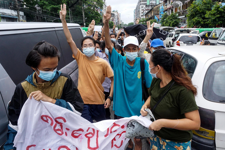 Unos manifestantes hacen el saludo de los tres dedos durante una protesta contra el golpe militar en Birmania, el 22 de junio de 2021 en Rangún