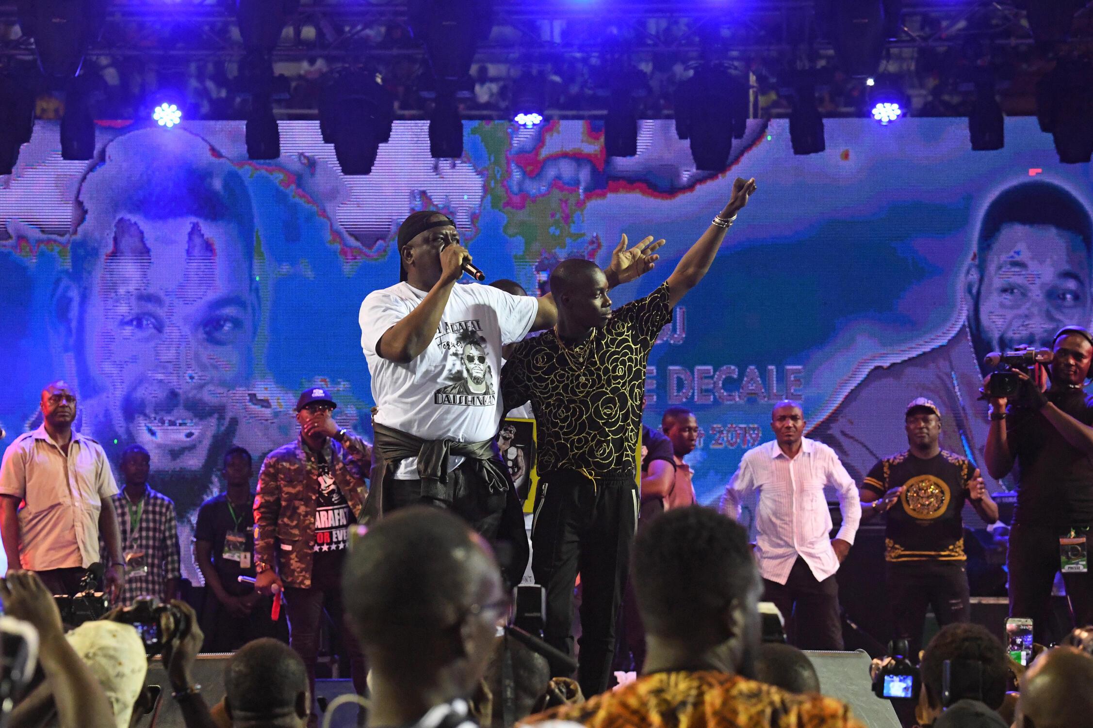 Le ministre de la Défense ivoirien Hamed Bakayoko (G) et le chanteur malien Sidiki Diabate (D) au stade Houphouët-Boigny, le 30 août 2019.