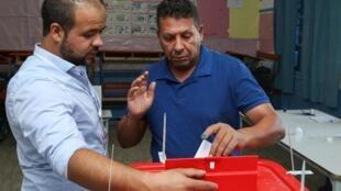 En una casilla en Túnez este domingo 13 de octubre para la segunda vuelta de las elecciones presidenciales.