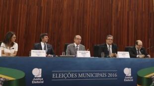 O presidente do TSE, ministro Gilmar Mendes(centro), fala sobre o resultado do segundo turno das eleições municipais de 2016.