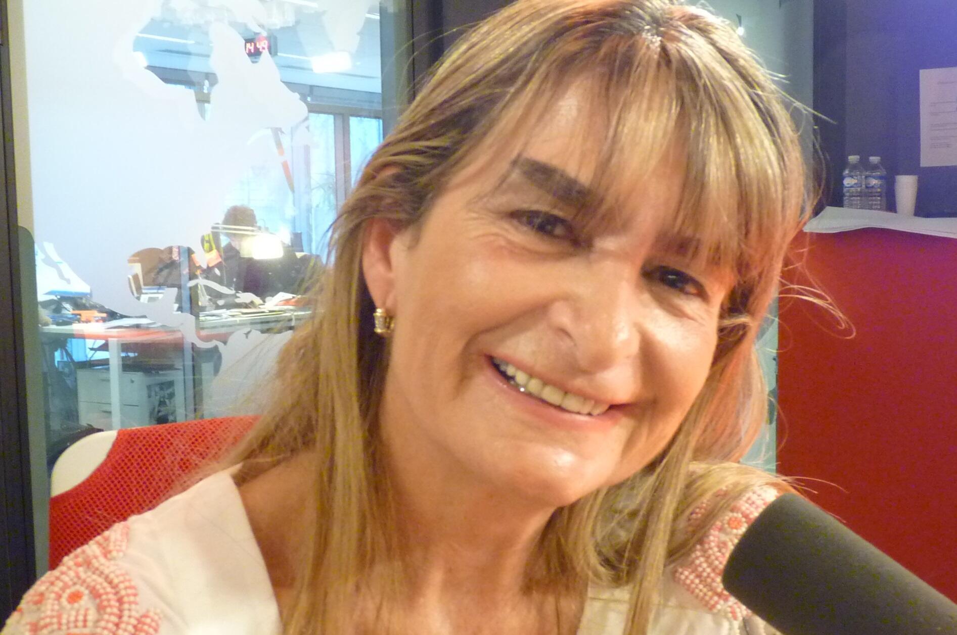 La Dra Elena Pedicone en los estudios de Radio Francia Internacional en París.