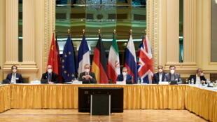 Phó tổng thư ký Cục Đối ngoại Liên Hiệp Châu Âu Enrique Mora và thứ trưởng Ngoại Giao Iran Abbas Araghchi trong phiên họp của Ủy ban hỗn hợp Hiệp định hạt nhân Iran, Vienna, Áo, ngày 06/04/2021.