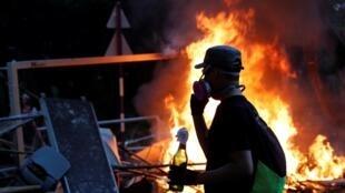 Nhiều sinh viên Hồng Kông cố thủ bên trong các trường đại học, với lương thực dự trữ và gạch đá, bom xăng để đối phó với cảnh sát.