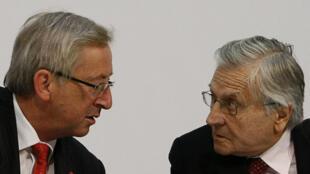Jean-Claude Juncker, presidente del Eurogrupo y Jean-Claude Trichet, gobernador del Banco Central Europeo, en la reunión del Ecofin en Wroclaw