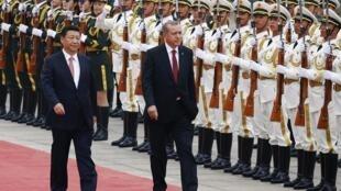 Le président chinois Xi Jinping (g.) et son homologue turc Recep Tayyip Erdogan, le 29 juillet 2015 à Pékin.