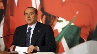 O ex-primeiro- ministro italiano Silvio Berlusconi retirou nesta terça-feira seu apoio ao governo de coalizão de centro-esquerda.