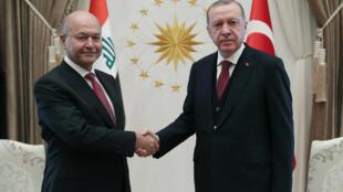 Poignée de main entre les présidents irakien Barham Saleh (g) et turc Recep Tayyip Erdogan, lundi 3 janvier 2019.