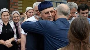 Oïoub Titiev à sa sortie de prison, le 21 juin 2019 à Argoun, en Tchétchénie.