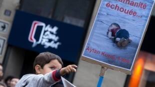 Más de 10.000 personas manifestaron en París para denunciar las políticas represivas en Europa contra los refugiados.