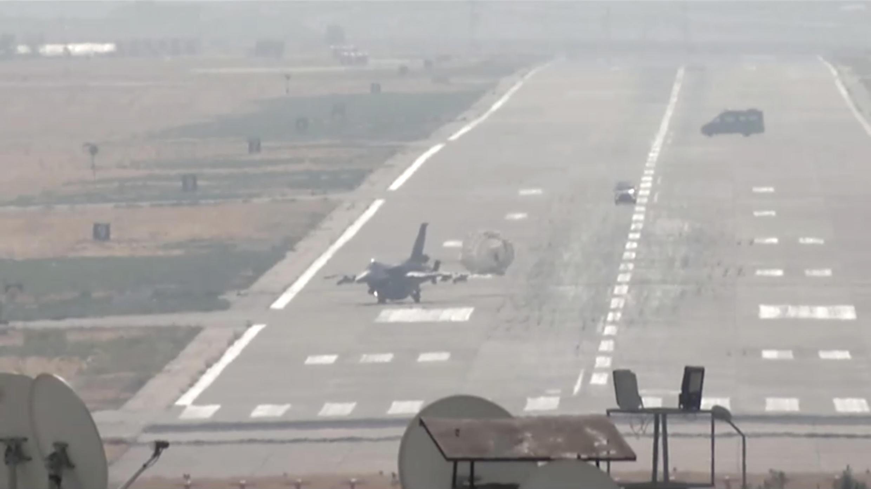 Un chasseur bombardier turc F-16 revient de mission, le 10 octobre 2019, dans une base aérienne de la province de Diyarbakir.