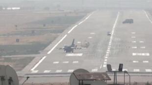 Um caça turco F-16 de regresso de missão neste 10 de Outubro de 2019 numa base aérea da província de Diyarbakir, perto da fronteira com a Síria.
