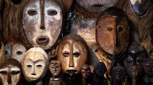 Masques de l'ethnie Lega (RDC) tirés de la collection privée du galeriste français Robert Vallois, à Paris le 21 octobre 2020.