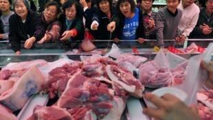 Cảnh tranh mua thực phẩm tại một chợ ở miền đông bắc Trung Quốc. Ảnh chụp năm 2012.