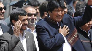 Le président iranien  Mahmoud Ahmadinejad (G) et son homologue bolivien Evo Morales (D), à  La Paz, le 24 novembre 2009.