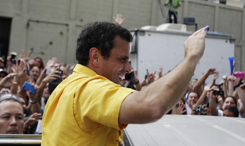 Henrique Capriles ovationné à la sortie du bureau de vote, le 14 avril 2013 à Caracas.