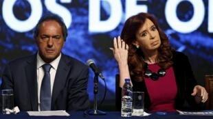 Le candidat à l'élection présidentielle argentine, Daniel Scioli et la présidente sortante, Cristina Fernandez de Kirchner à Buenos Aires, le 20 octobre 2015.