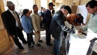 Colombianos votando este domingo en Bogotá.