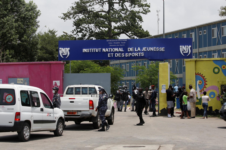 Des véhicules de MSF (Médecins sans frontières) pénètrent dans l'INJS, à Abidjan, où des voyageurs nationaux et internationaux observent une quarantaine, le 18 mars 2020.