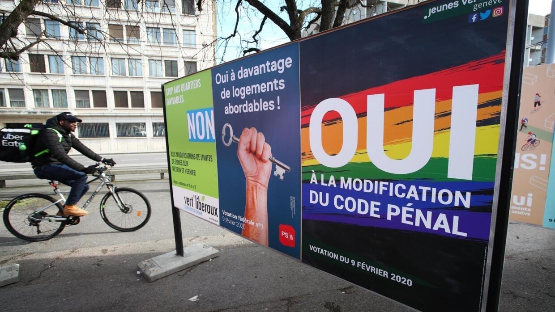 """Cartaz em Genebra faz campanha pelo """"sim"""" à criminalização da homofobia na Suíça."""