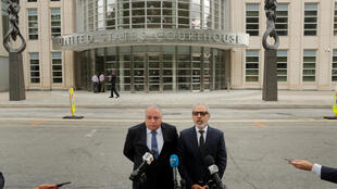 馬林的律師在庭外發言