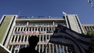 Un manifestant face au siège de l'ERT, à Athènes, le 19 juin 2013.
