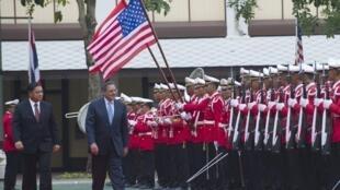 Bộ trưởng Quốc phòng Thái Sukampol Suwannathat (T) đón đồng nhiệm Mỹ Leon Panetta, ngày 15/11/2012.
