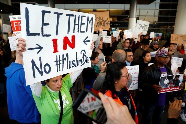 Biểu tình phản đối tổng thống Donald Trump tại phi trường Los Angeles, California, 28/01/2017.