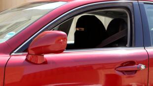 一名沙特女子2013年10月利雅得駕車的照片