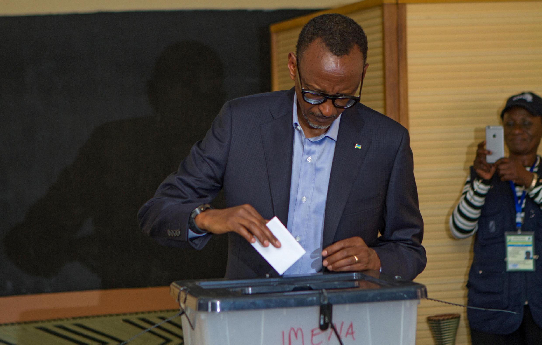 Rwandan President Paul Kagame casts his vote in Kigali, Rwanda, August 4, 2017.