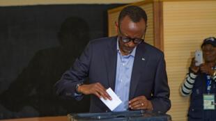Paul Kagame, président sortant du Rwanda, vote lors du scrutin présidentiel du 4 août 2017 à Kigali.