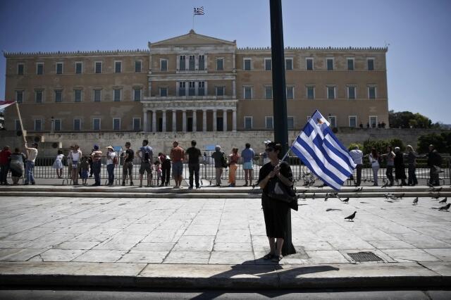 Parlamento grego em Atenas é palco de constantes manifestações contra medidas de austeridade.