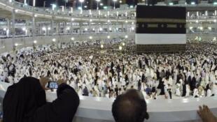Les pèlerins se tournent vers la Kaaba.