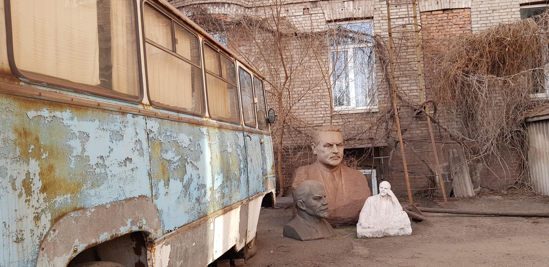Бюсты Ленина и Жданова во дворе Краеведческого музея Мариуполя
