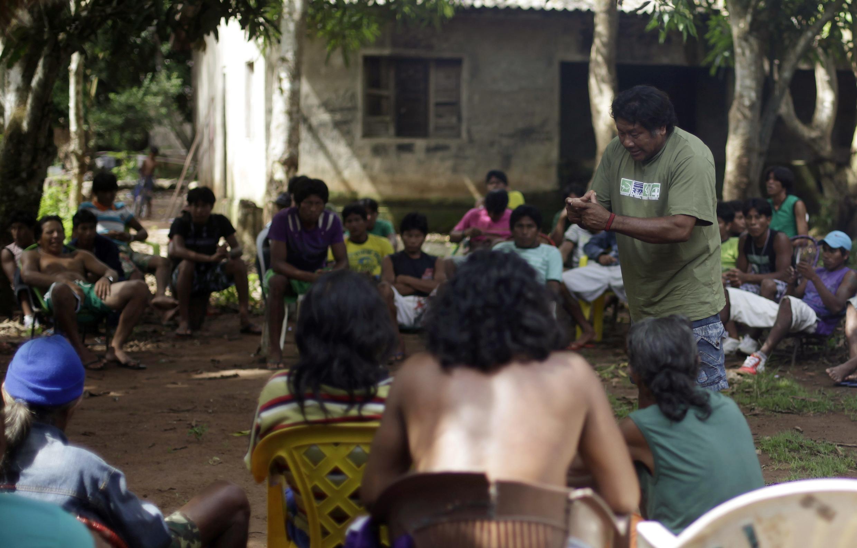 Reunión entre los líderes de las tribus Kayapo y la FUNAI, la fundación nacional indígena gubernamental cerca de San Félix en el nordeste brasileño. La FUNAI se encuentra de gira para mediar entre Electrobas, dueña de las represas y los indígenas