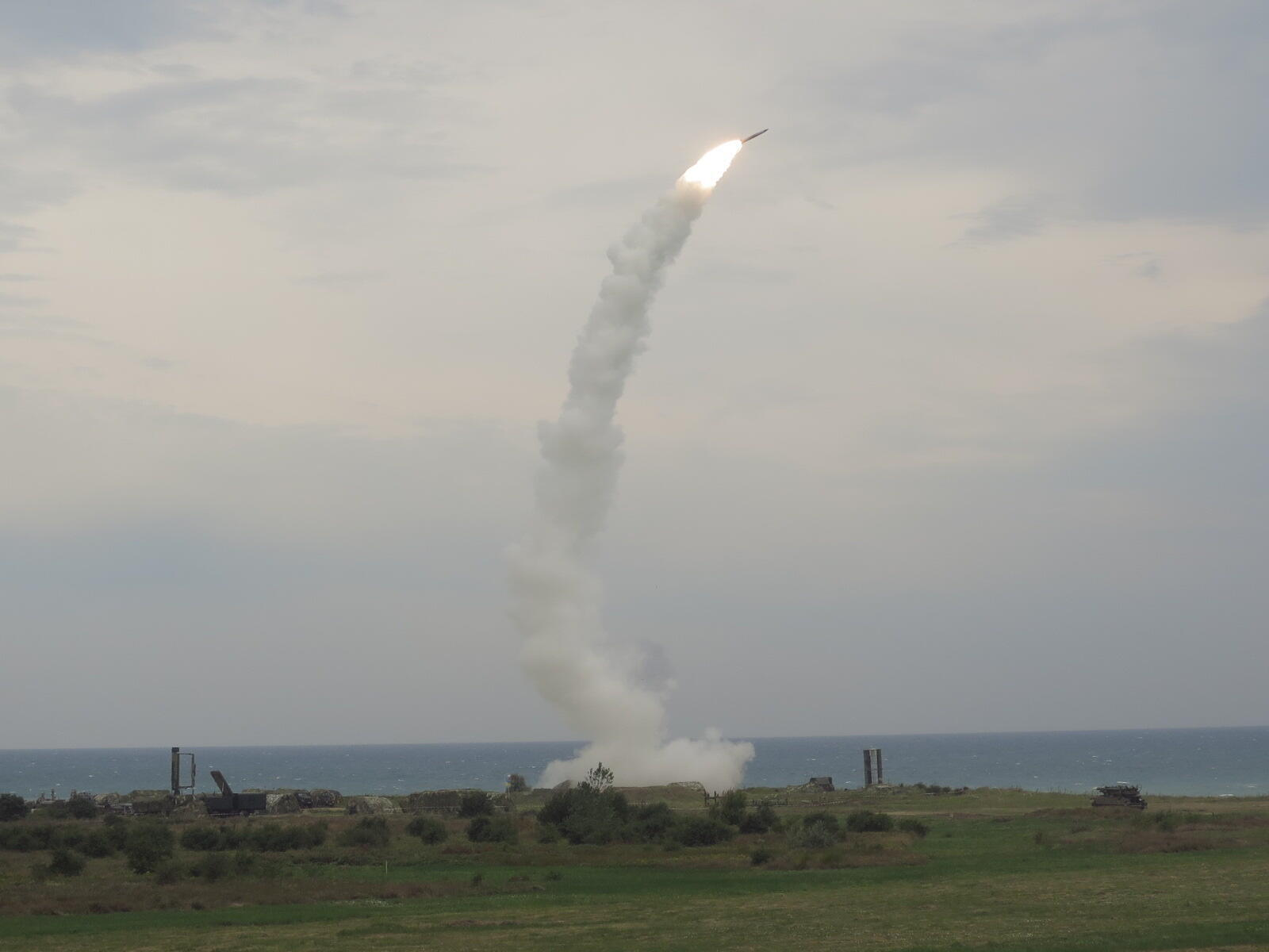 Tir de missile S-300 ukrainiens sur le polygone de Shabla en Bulgarie durant un exercice de défense aérienne. La Russie aurait déployé des batteries encore plus sophistiquées de S-400 en Crimée.
