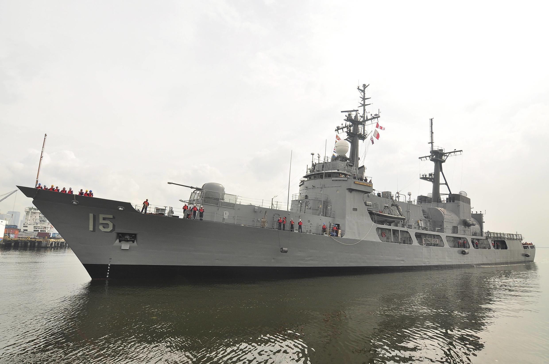 Một tàu chiến của Philippines đậu gần tổng hành dinh quân đội, Manila, ngày 11/12/2011.