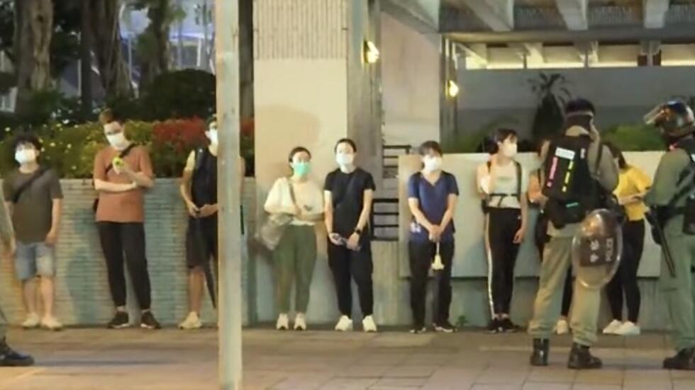 香港反修例运动一周年晚上,警察在中环进行大围捕,多名手无寸铁的年轻人被下令一字型站在街上接受搜身检查。