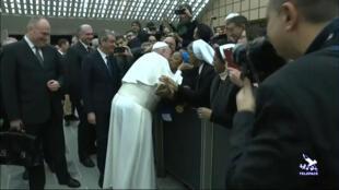 """Papa Francisco beija religiosa que vibrou com a sua chegada, mas advertiu: """"nao morda!""""."""