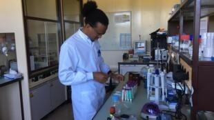 Fikrey au travail dans un laboratoire de chimie.