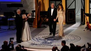 Tổng thống tân cử Mỹ Donald Trump và phu nhân Melania trong buổi dạ tiệc với những người ủng hộ tại Union Station, Washington, 19/01/2017.