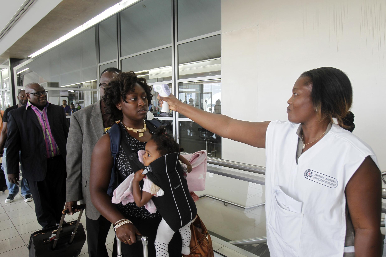 Kiểm tra thân nhiệt hành khách tại sân bay quốc tế Felix Houphouet Boigny, Abidjan, Côte d'Ivoire, 13/08/2014