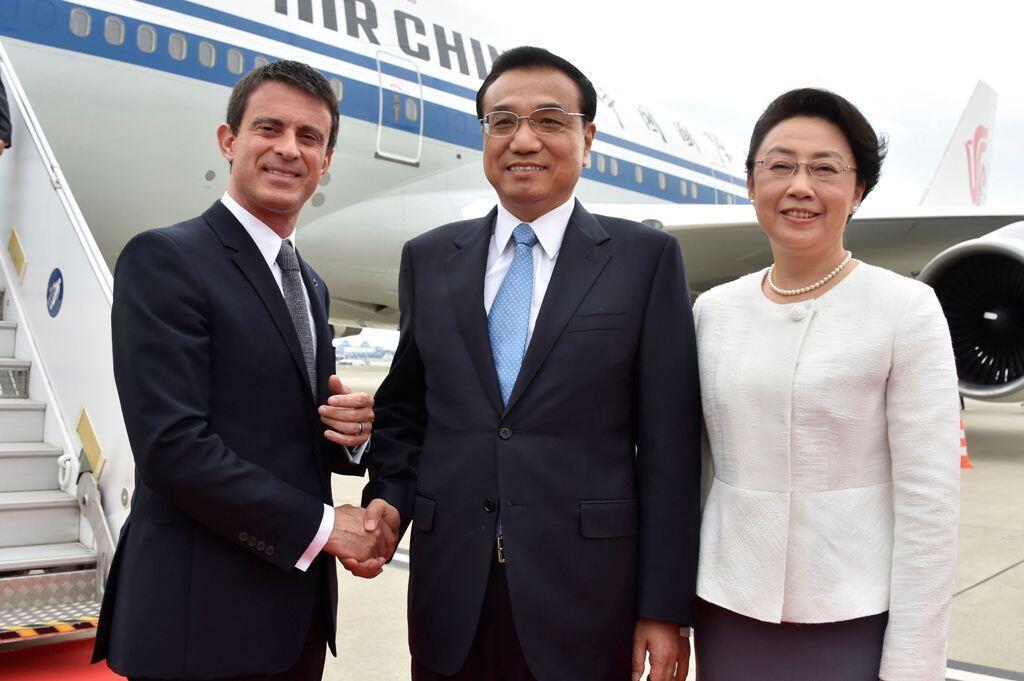 Ảnh tư liệu: Thủ tướng Pháp Manuel Valls (T) đón đồng nhiệm Trung Quốc Lý Khắc Cường (Li Keqiang) và phu nhân tại sân bay Toulouse-Blagnac Airport, gần Toulouse, Pháp, ngày 02/07/2015