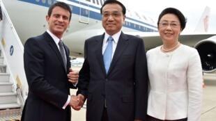 法国总理瓦尔兹(Manuel Valls)与中国总理李克强夫妇在图卢兹机场,2015年7月2日。