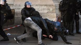 Policías detienen a un manifestante contra las violencias policíacas, este sábado 18 de febrero de 2017 en París.