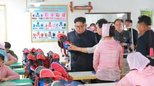 Lãnh đạo Bắc Triều Tiên Kim Jong Un thăm một xưởng chế tạo túi xách tại Chungjin. Ảnh cung cấp ngày 17/07/2018.